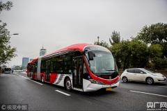 """<b>北京首批""""中国红""""纯电动公交车投入1路运营</b>"""