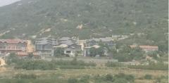 """山东济南: 挤满泰山山脉的""""违建别墅""""淹没了一个"""""""