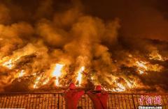 美国加州多地发生山火 高温加剧火势蔓